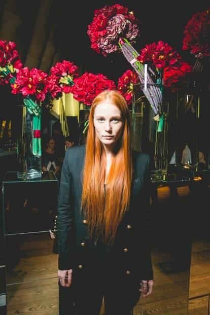 Девушка с рыжими волосами в костюме на первой ежегодной премии «PRO TRENER. Выбор сделан»