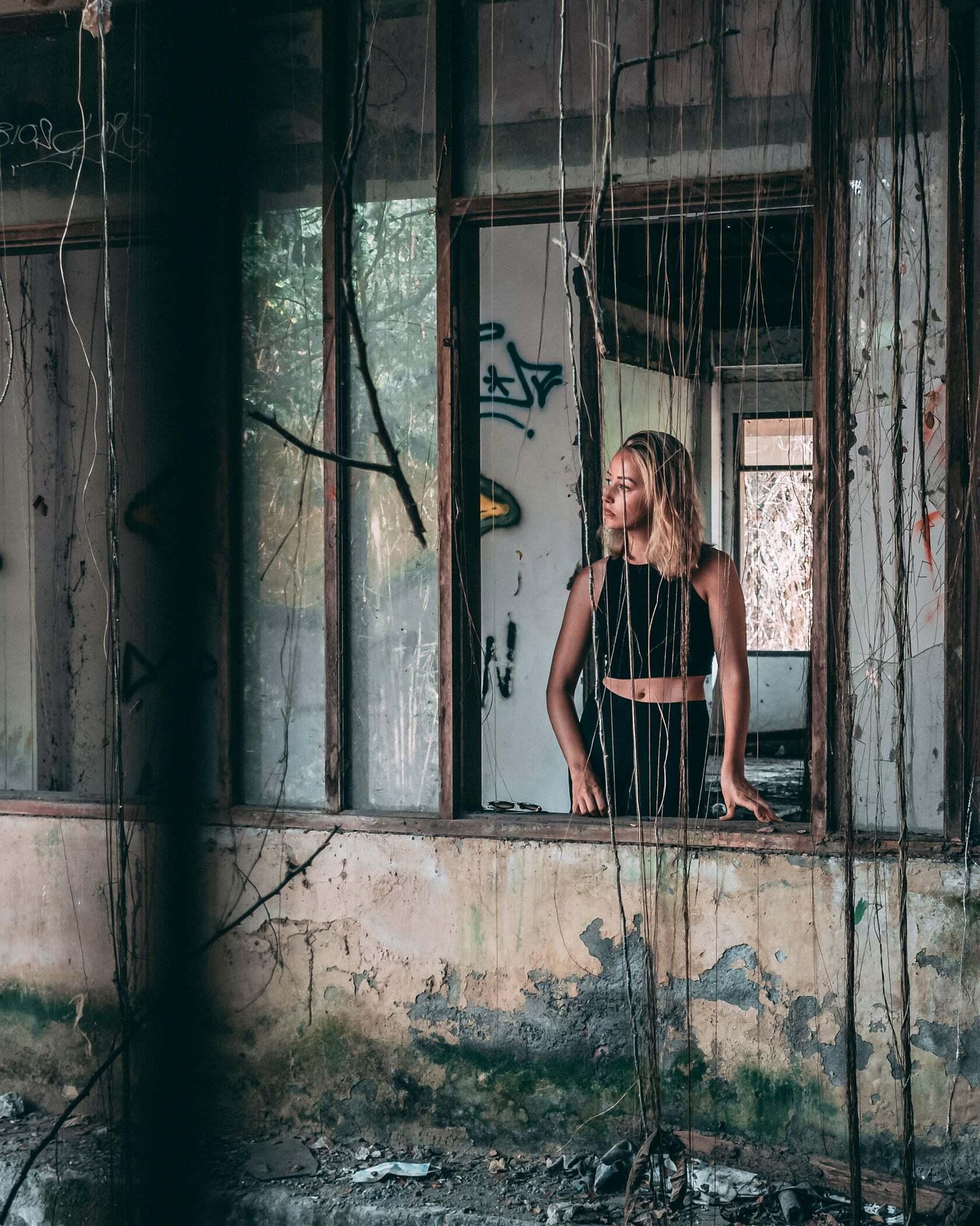 Foto van persoon in een vervallen gebouw uit fotografie collectie mensen van Simon Wijers