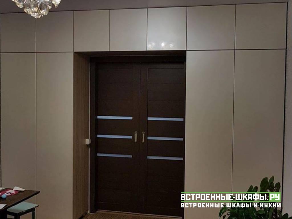 Встроенный вокруг двери шкаф с антресолью